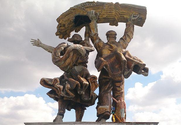 Скульптура Тракторист и колхозница ВДНХ